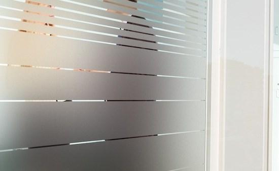 cloison vitrée avec vitrophanie en bande - opacité