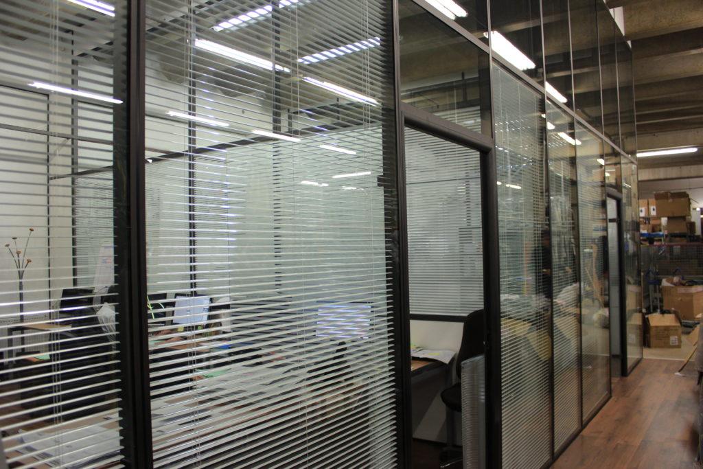 Agencement cloison modulaire de bureau avec store