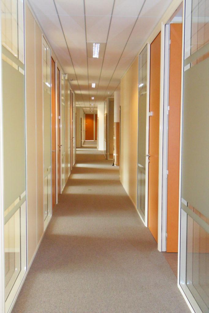 Installation de cloisons modulaires pour bureau - espace cloisons alu