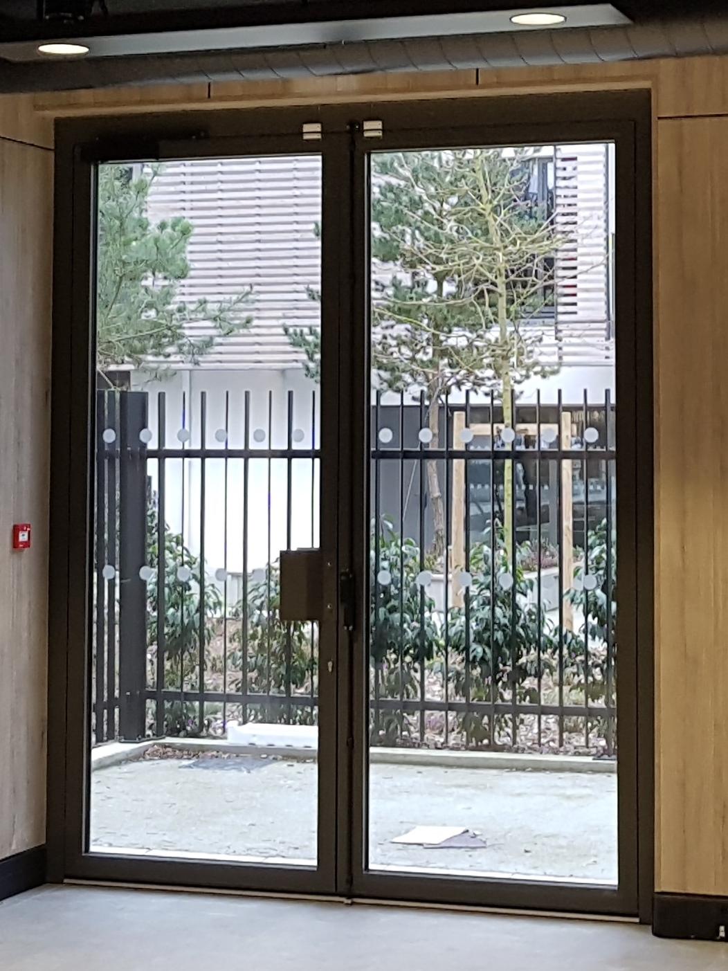 Porte double vitrée cadre Alu noir espace cloisons alu amenagement et agencement pour bureau