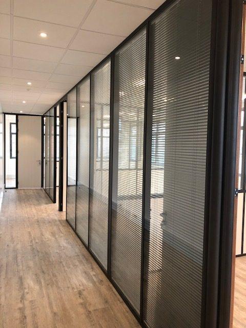 Pose et Installation de cloisons vitrée, film décoratif vitrophanie- cloisons de bureau professionnel