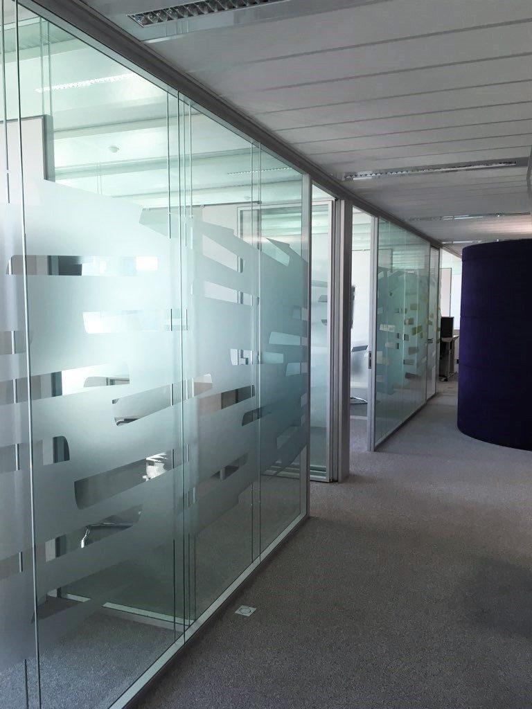 Cloisons vitrée bord à bord double vitrage et pose de vitrophanie- porte vitrée cadre alu - espace cloisons bureau
