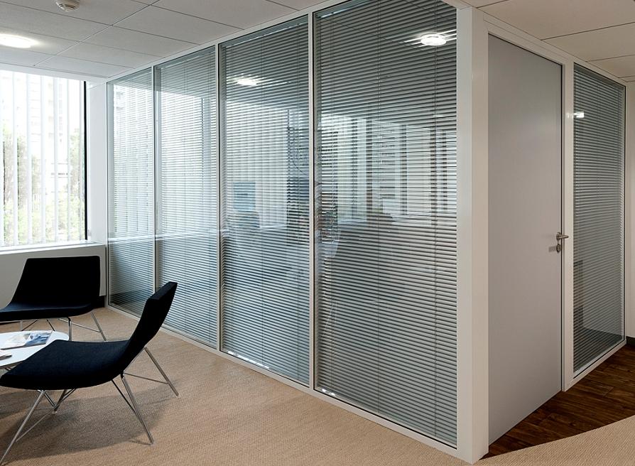 Pose et Installation de cloisons vitrée sur allege, store et vitrophanie- Sol PVC et dalles moquette