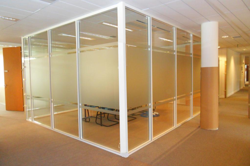 les cloisons de bureau vitr es toute hauteur espace. Black Bedroom Furniture Sets. Home Design Ideas