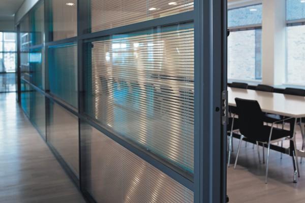 Store-venitiens-intégré-espace cloisons Alu