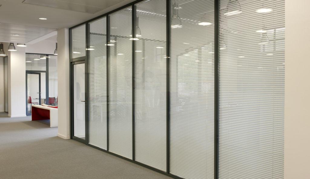 Cloison modulaire de bureau avec stores intégré