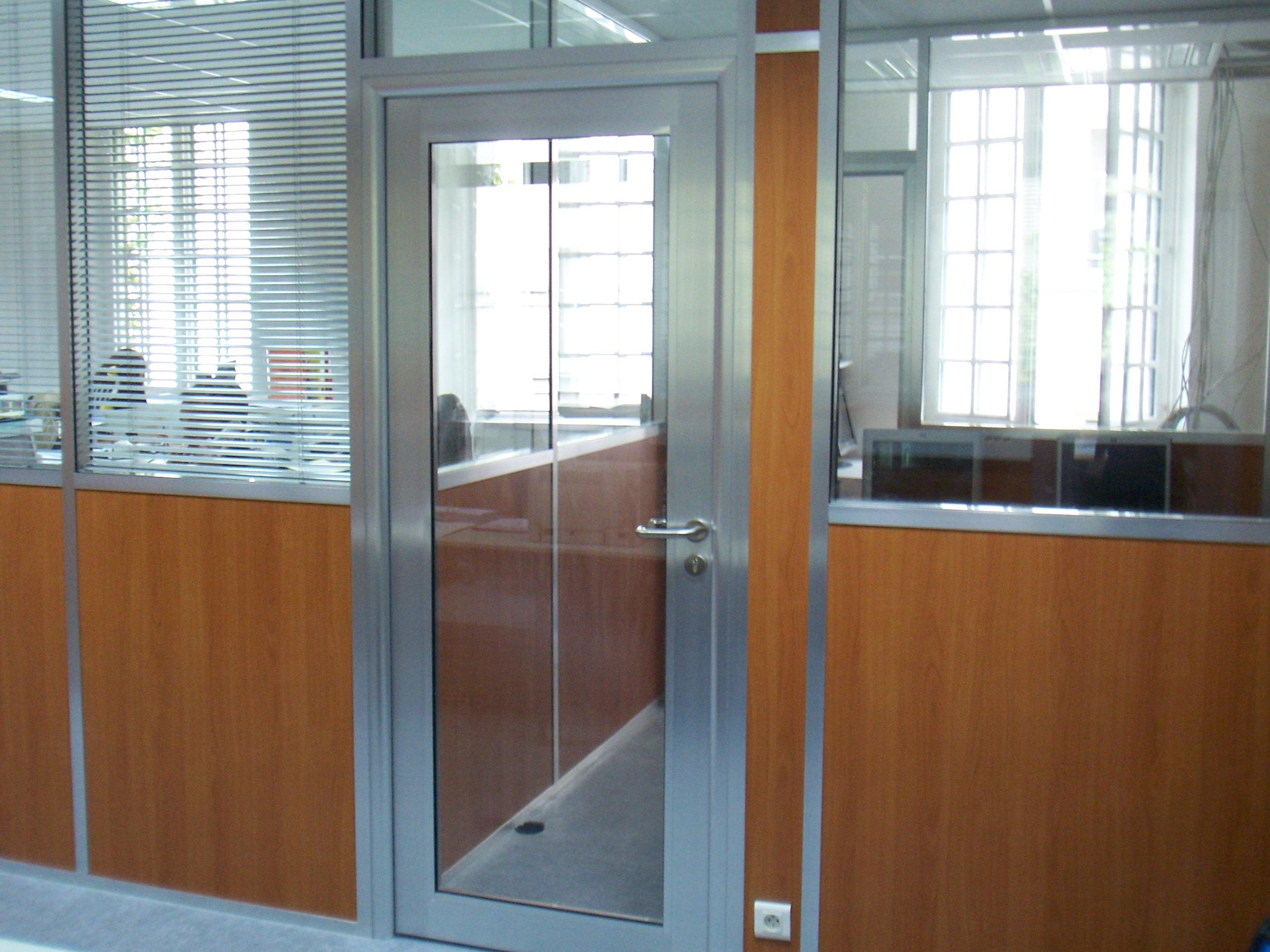 Les am nagements portes pour cloisons de bureau espace for Porte interieur alu vitree