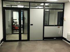 Installation et pose de cloisons bureau : cloisons pleine bois et porte vitrée