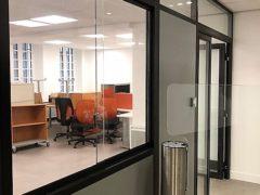 Installation et pose de cloisons bureau : cloisons pleine bois et porte vitrée - sols PVC et dalles moquettes de bureau