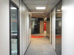 Installation et pose de cloisons bureau : cloisons pleine bois et porte cadre aluminium - sols PVC et dalles moquettes de bureau