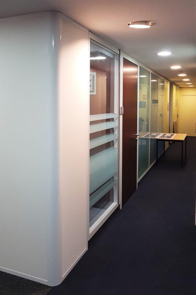 Agncement en cloison de bureau modulaire : cloison vitrée