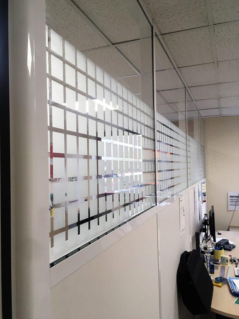 installation de cloisons amovible semi vitrée sur allege, en ile de france