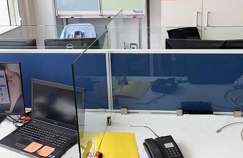 Pose de séparation sanitaire de bureau Covid-19 vitrée ou plexiglas